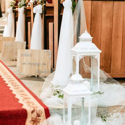 wypożyczalnia dekoracji - drewniane tablice z hymnem