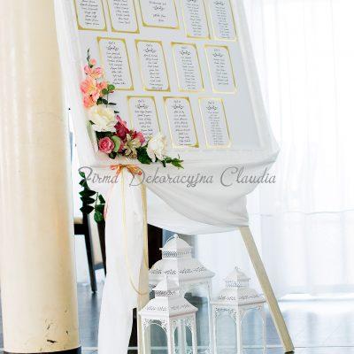 tablica z rozmieszczeniem gości